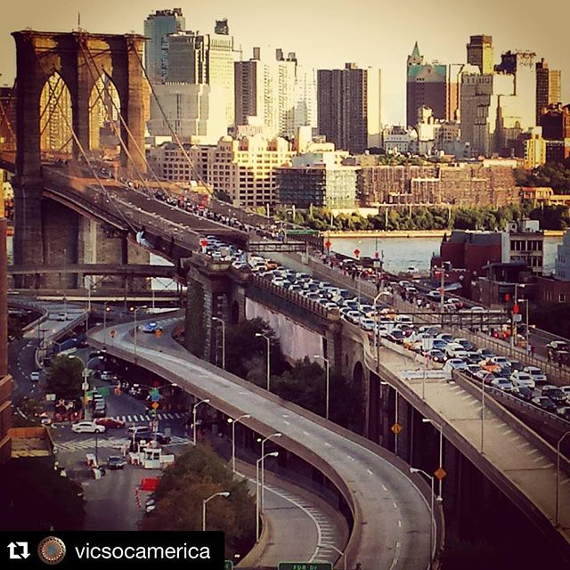 Todays's traffic scenes on the Brooklyn Bridge, New York courtesy of #Repost @vicsocamerica and The Pope. ・・・ #popeinusa2015