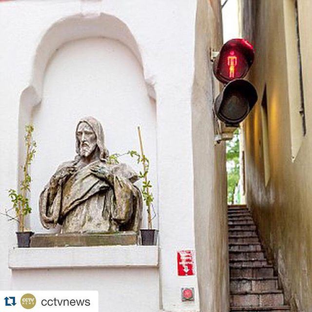 Staircase traffic lights in #Prague courtesy of #Repost @cctvnews ・・・ The narrowest street in Prague has been equipped with traffic lights just to help prevent people from running into each other in the middle of the street, according to a Daily Mail report this Wednesday. The traffic lights are installed on either end of the 19.6-inch-wide and 32-foot-long passage to indicate when it is occupied. Situated between two houses, it is impossible for more than two people to travel through the passage at the same time. Therefore, when a person is going to pass through, he has to press a traffic light button on one end to indicate. Although they are simply facilities for convenience, they have become a tourist attraction in the area. Have a look at this street in Prague. (Photos from Daily Mail/Alamy Stock Photo) #prague #traffic #street #narrow