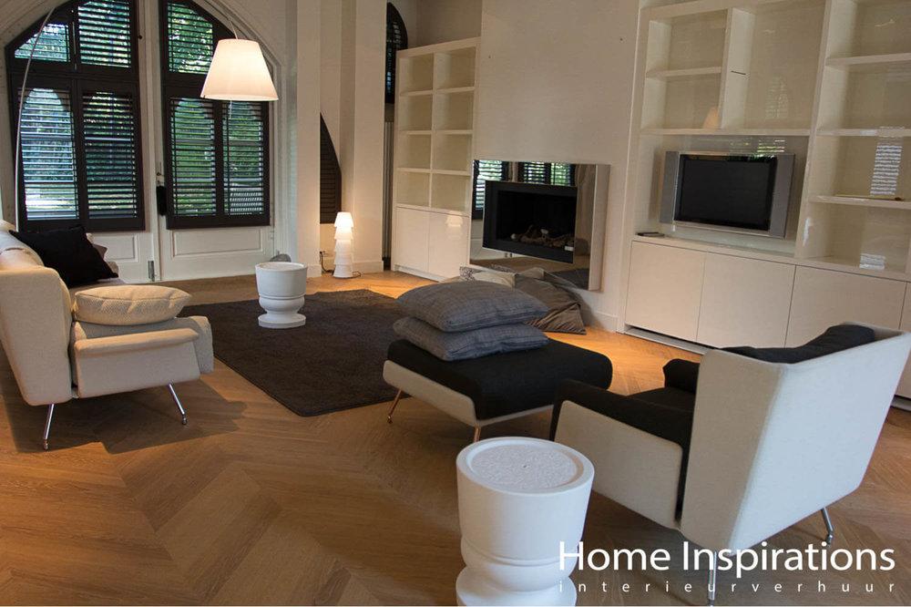 Warme zithoek met wit design meubilair