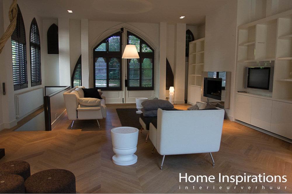 Woonkamer ingericht met exclusieve witte meubels