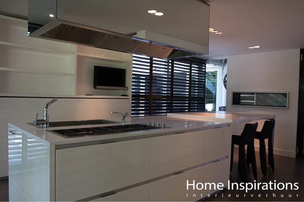Kookeiland wit hoogglans met design barkrukken
