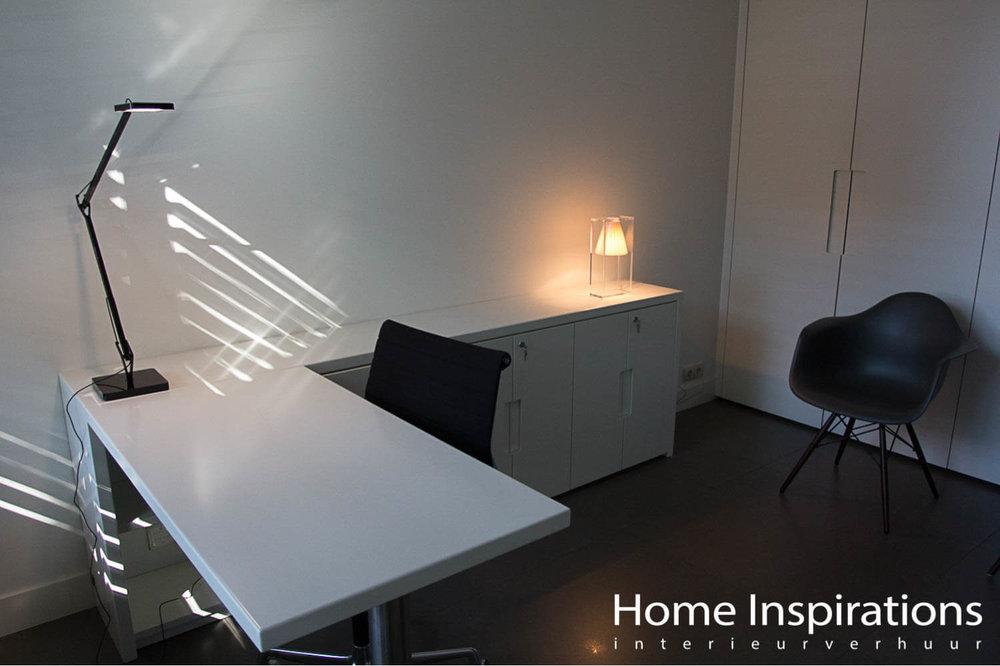 Wit bureau met stoel