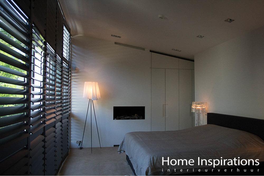Slaapkamer met zwarte shutters