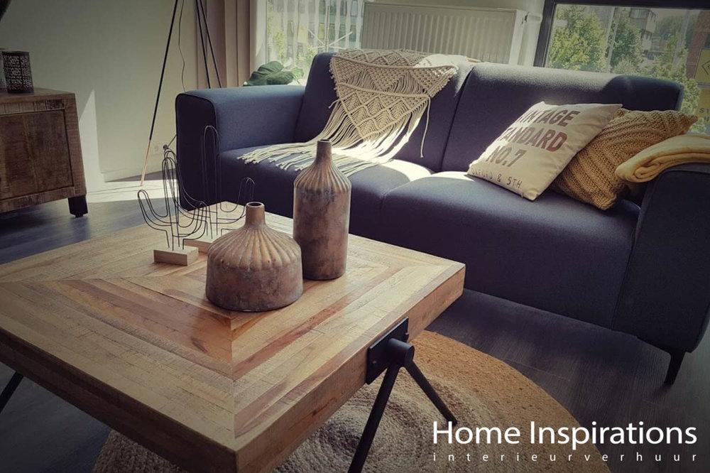 Blauwe bank en houten salontafel