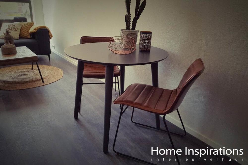 Kleine eettafel met industriële stoelen