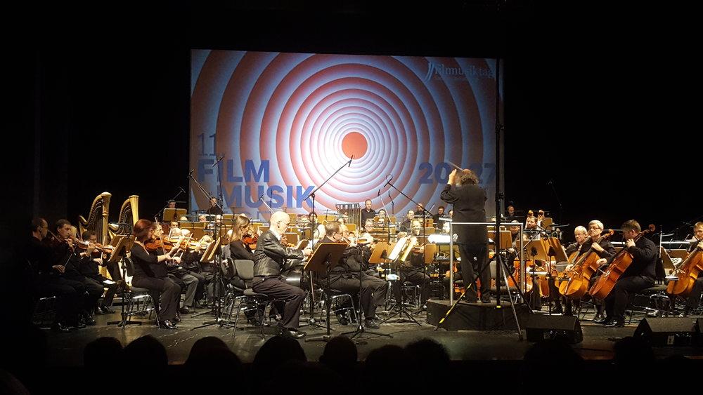 """Orchestersuite aus """"WALDLUST"""" - Eine Tatort Sinfonie"""". Staatskapelle Halle unter der Leitung von Bernd Ruf. Solist: Bernhard Spranger, singende Säge. Foto: ©Roswitha Mannseicher"""