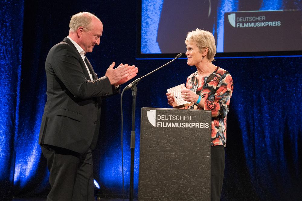 Peter Dinges (Laudator, FFA) und Rachel Portman (Ehrenpreisträgerin International). Foto:  deutscherfilmmusikpreis.de , ©Joachim Blobel