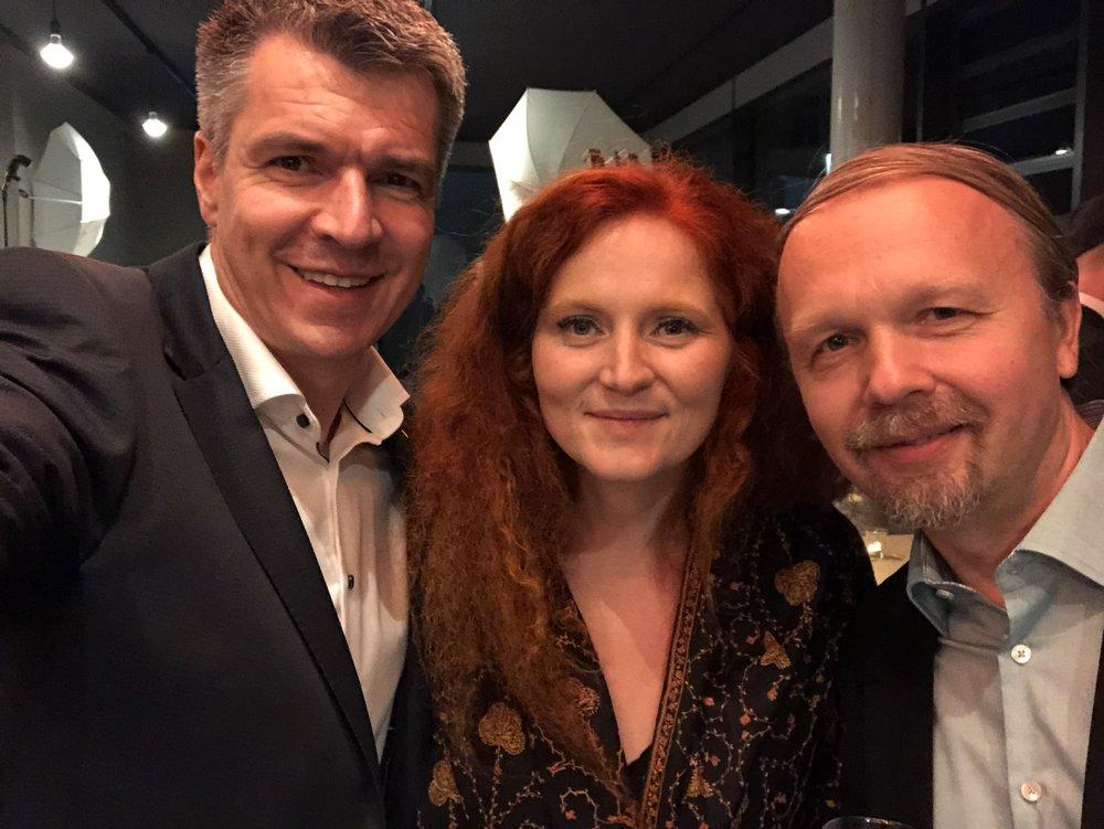 Foto: © Mike Riemenschneider (links), mit den Preisträgern BESTE MUSIK im FILM: Martina Eisenreich und Ralf Wienrich.