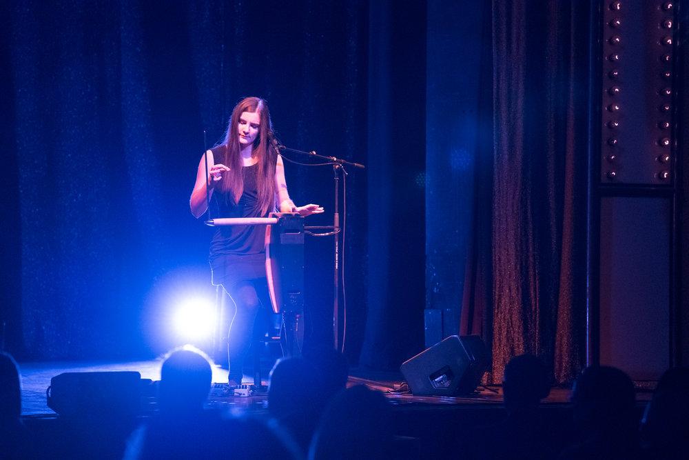 Carolina Eyck – Theremin-Spielerin. Foto:  deutscherfilmmusikpreis.de , ©Joachim Blobel