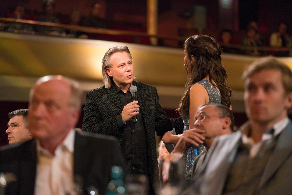 """Laurent Eyquem (Komponist """"Krieg der Träume"""") im Gespräch mit Ellen Schweda (Moderatorin).  deutscherfilmmusikpreis.de , ©Joachim Blobel"""