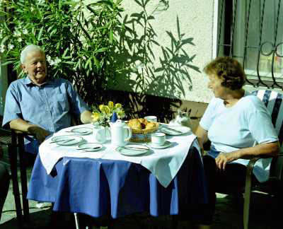 Gertrude und Othmar SchratT Sr.beim Frühstück