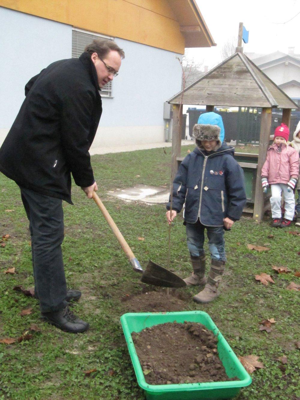 Planting trees 2.jpg