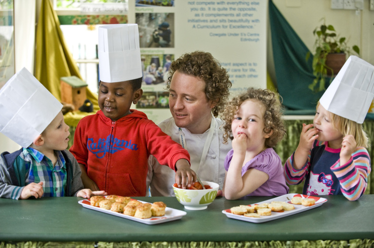 The-children-help-Tom-Kitchin-to-launch-the-One-Planet-Picnic.jpg