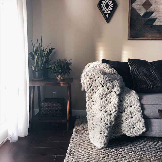 Morning sunlight ☀️ . . . #cozyhome #cozyliving #morninglight #chunkyknitblanket #bigknits #flashesofdelight #thatsdarling #designinspo #homedetails #knittersofinstagram #crochetgram #ourmakerlife #styleitdark #styleitcozy #azmakers #makersmovement