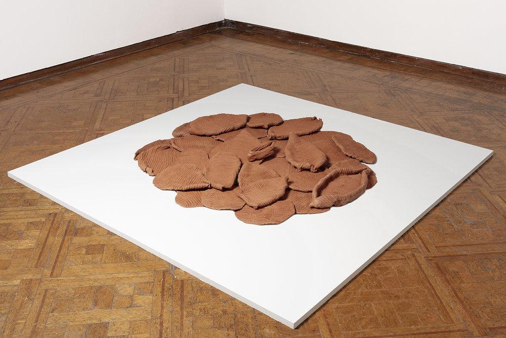 Coraza (2019)  Instalación de 30 piezas de Barro Oaxaca. 160 cm Diámetro