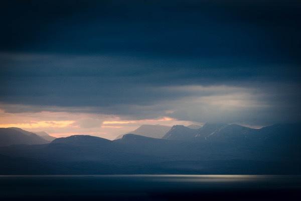 Východ slunce nadToridonem z pohoří Quirang