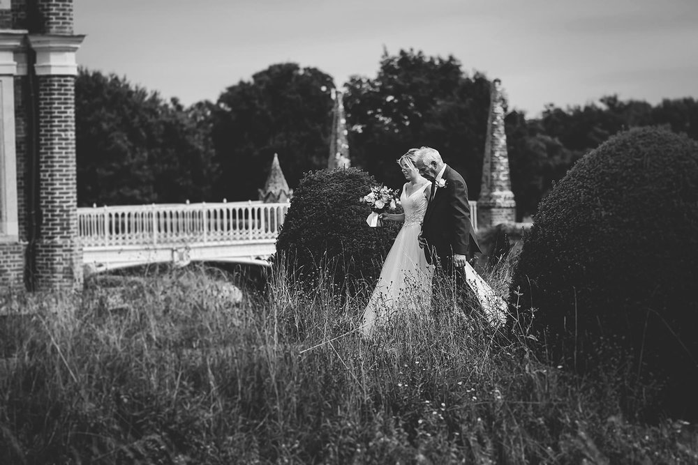 suffolk-wedding-photographer-helmingham-hall-93.jpg