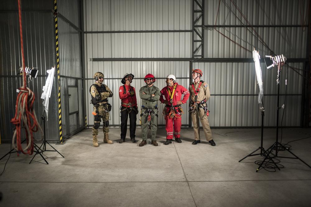 Resgatistas em ação no set do livro Resgate Vertical. Foto: Bruna Michelin
