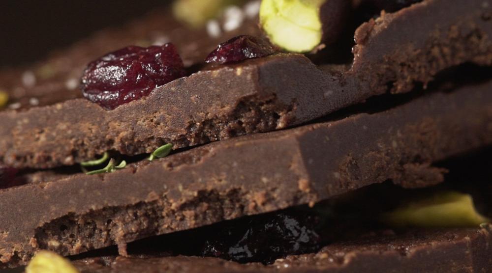 Fudge de Chocolate com Cranberries, Pistache e Manjericão –Gabi Mahamud, Flor de Sal