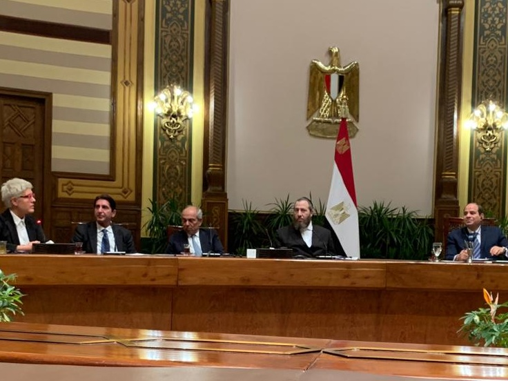 Egyptian President Abdel Fattah el-Sisi with the delegation at the Presidential Palace in Cairo