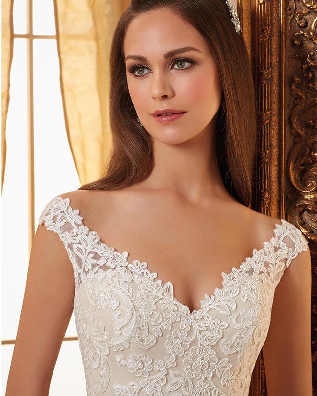 Morilee - spets, v-ringad och off-shoulder #bröllopskällan #gourgous #ivory #lace #morilee #vneck #bridal #bridalwear