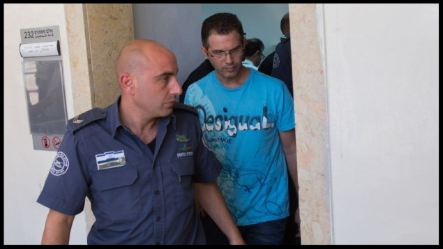 Ziv Orenstein, right, suspected of being involved with several fraud schemes tied to the NYSE and a massive data breach at JPMorgan Chase & Co. seen at the Jerusalem Magistrates' Court, July 22, 2015.  (Yonatan Sindel/Flash90)