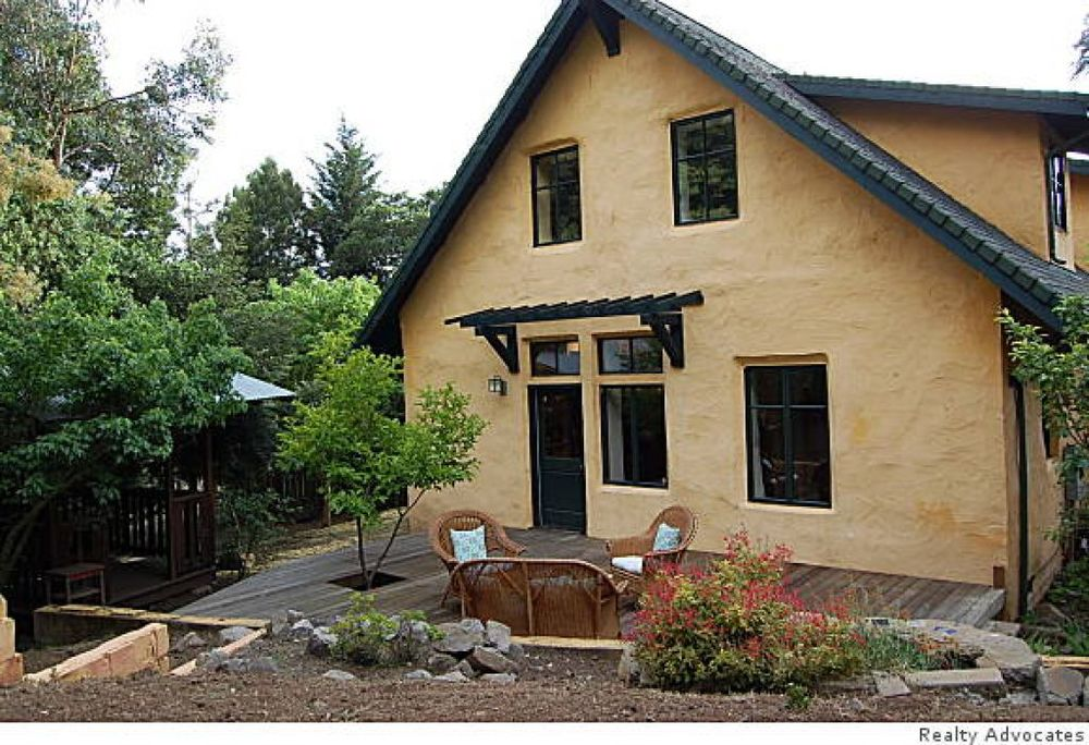 The east facade of the Oakland's only strawbale house.  Photo: Realty Advocates