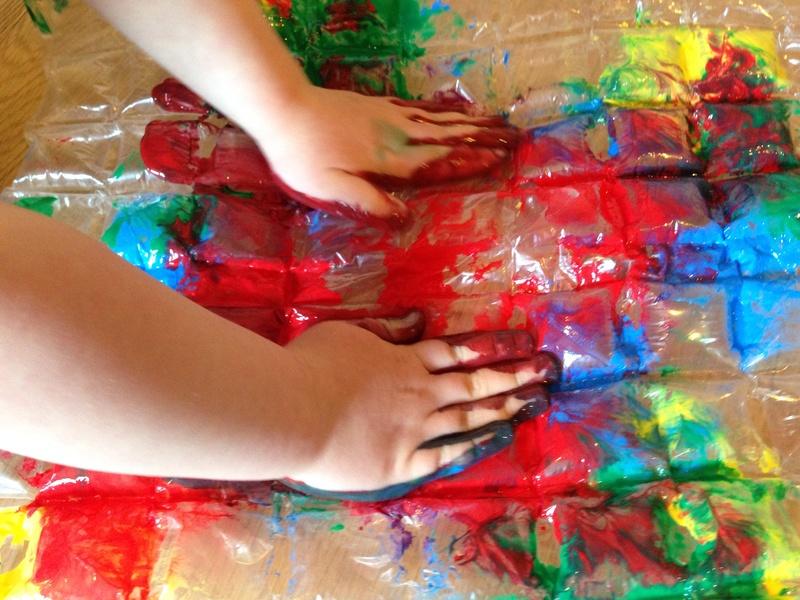 bubble-wrap-prints-kids-craft-prints-kids-messy-prints-toddler-art-ideas1.jpg