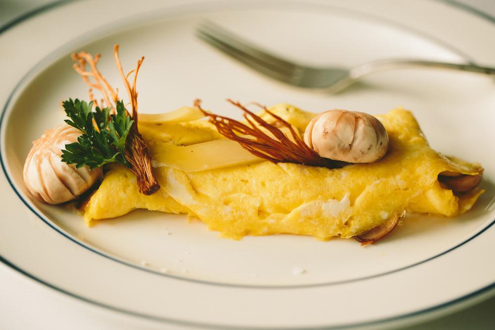 mushroom omelette. fines herbes, comte