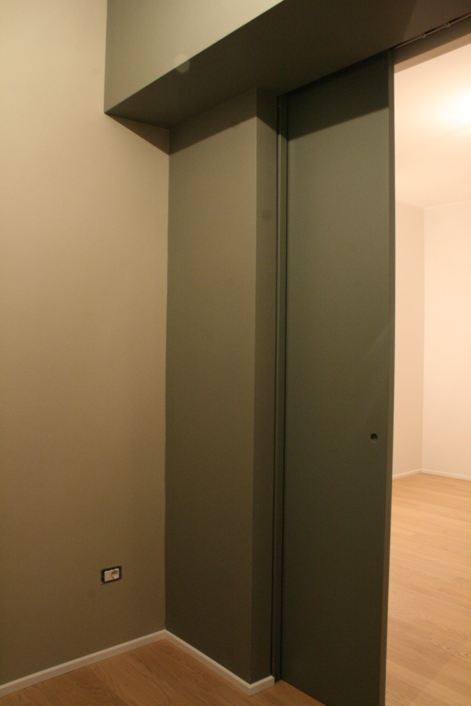 Il sistema di porte scorrevoli visto dalla cucina, con la zona living sullo sfondo.