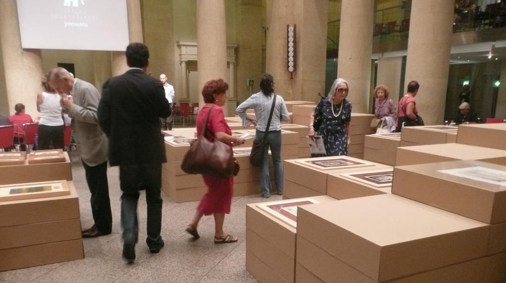 L'allestimento realizzato, con le opere poggiate sui volumi in cartone a diversa altezza in base alla dimensione, per favorirne l'osservazione.
