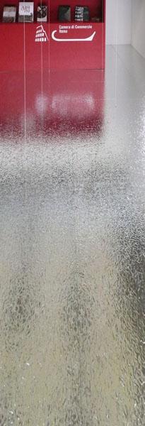 Un dettaglio della pavementazione in metallo riflettente.
