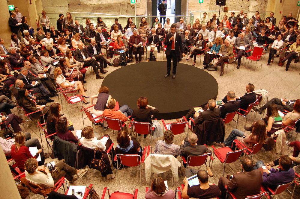 L'evento in pieno svolgimento, con il Presidente di ICF Italia sulla pedana al centro della scena