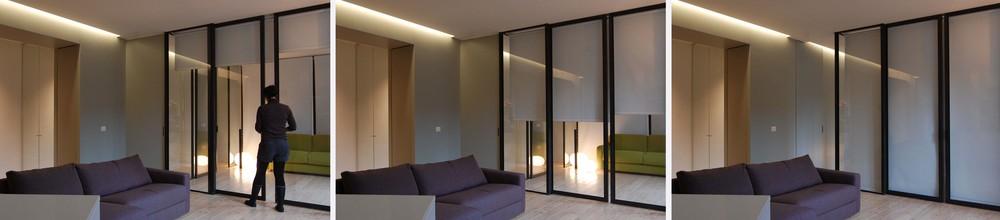 Tendaggi, porte scorrevoli e pannelli nascosti nel muro conferiscono flessibilità gli ambienti e una spazialità sempre diversa alla casa.