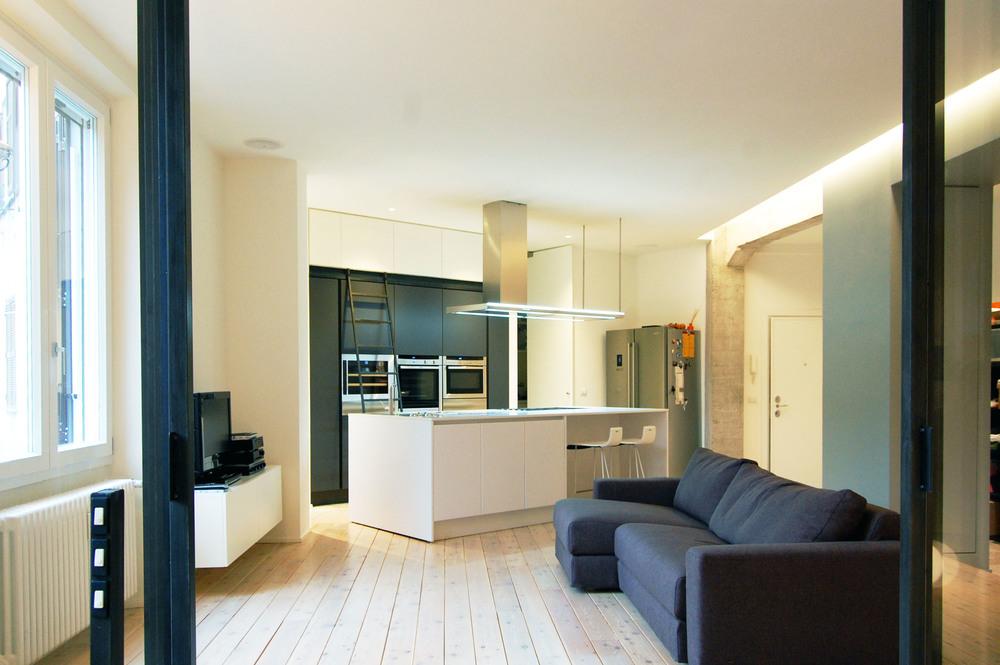 La zona living e, sullo sfondo, l'isola della cucina, riprese dallo studio.