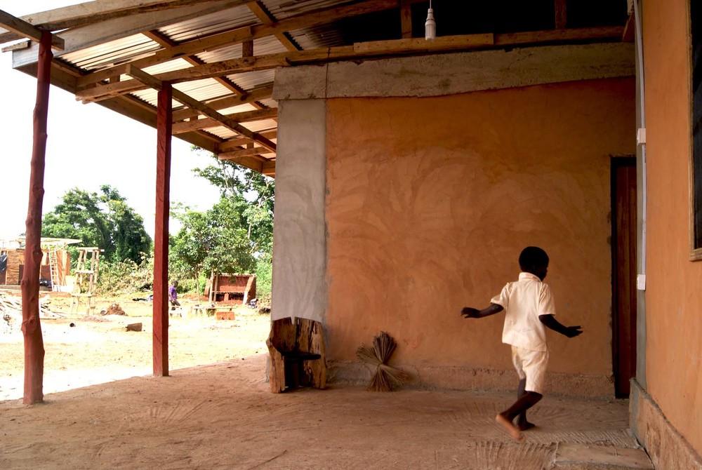 Il portico, protetto dalla copertura sotto alla quale sono disposti i tre volumi funzionali. Foto Martina Caldarigi.
