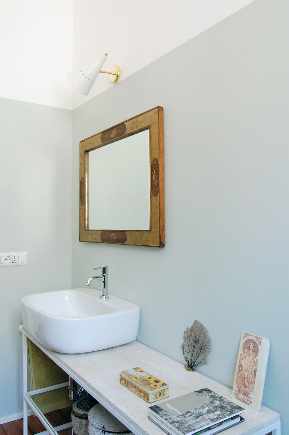 Il bagno rispecchia l'atmosfera della casa: iuce avvolgente e spazi semplici creano i presupposti per un'ambientazione calda e dettagli romantici.