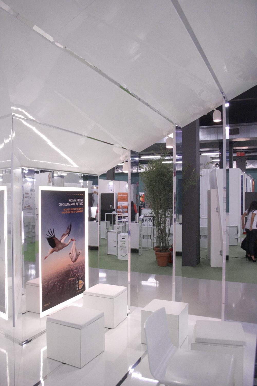 Una immagine interna dello stand, in cui si intuisce la senazione di richiamo verso il futuro.
