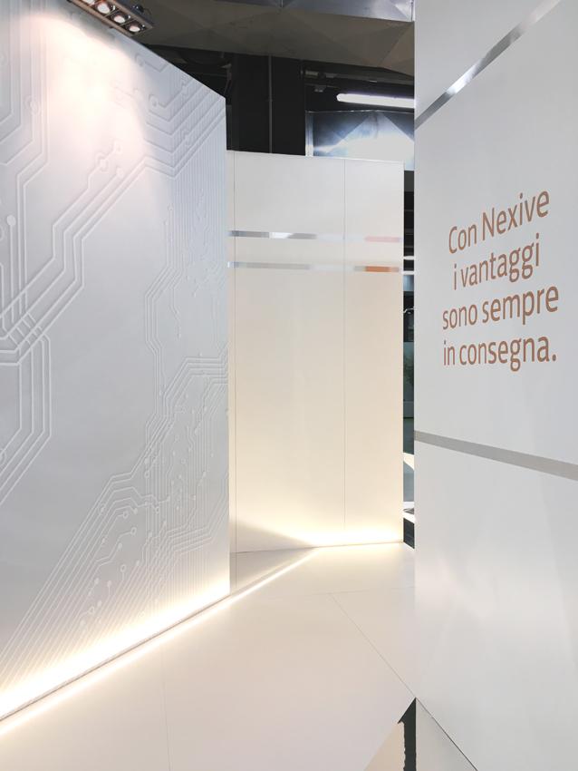 Una immagine interna dello stand, con la successione di setti disposti in modo da creare continui scorci visivi e invitare all'attraversamento dello spazio.