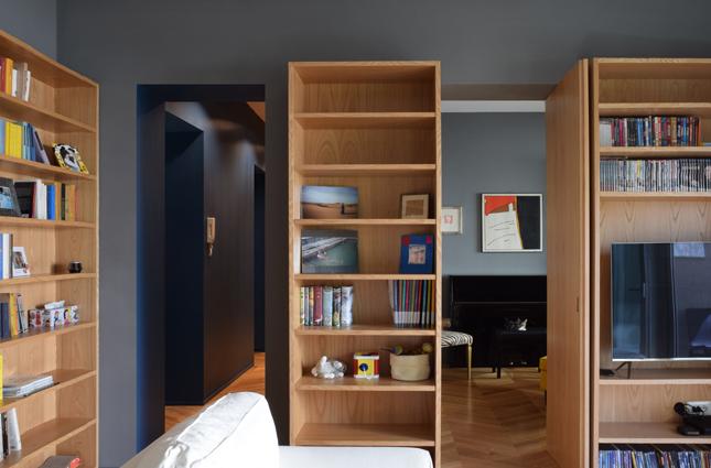 Una ripresa da soggiorno, da cui si intravede lo studio, il corridoio centrale e i varchi di accesso alla sala da pranzo.