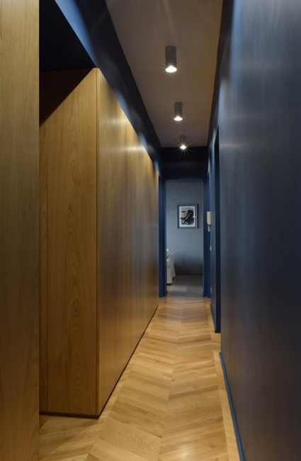 La spina dorsale della casa, il corridoio, con il sungo sistema di armadi su misura.