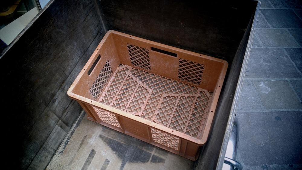 Ein Bäkergebinde in der Holzkiste. Platz hat es für zwei Stapel.