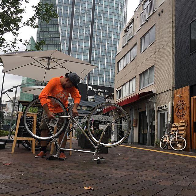 配達前のメンテナンス💪🏽 #bicyclecoffeetokyo #bicyclecoffee #bicycle #自転車 #虎ノ門 #toranomon #コーヒー #パブリック娘 #coffee