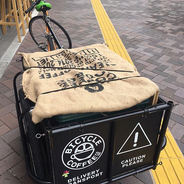 雨が降る前に無事帰還👍 昨日までたくさんのお客様のご来場ありがとうございました! Jacob Knill さんの作品の一部は引き続き虎ノ門にて展示中です。 #jacobknill #jacobknillustration #bicyclecoffeetokyo #bicyclecoffee #toranomon #bicycle #coffee #コーヒー #自転車 #虎ノ門 #新虎通り