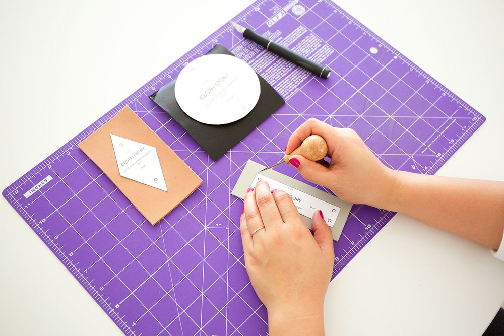 How to set snaps, rivets and buttons to leather with printable DIY leather cord organizer pattern. - clothstory.com