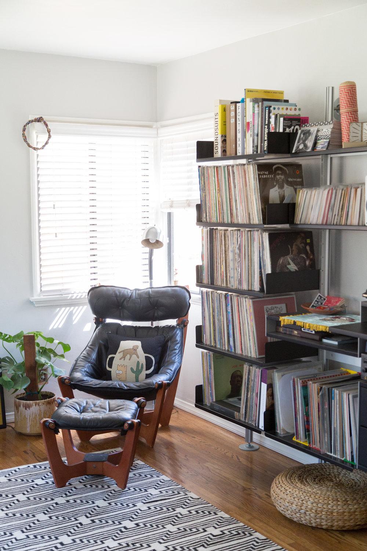 Pillow, BFGF  ;  Rug, Aelfie ;  Shelves, Vitsoe