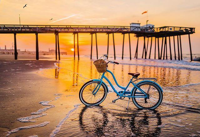 up with the sunrise ☀️ #jersey #oceancity #boardwalk #oceancitynj #firmstrong #cruiserbike #vintagebike #ocean #beach #sunrise #beachbiker
