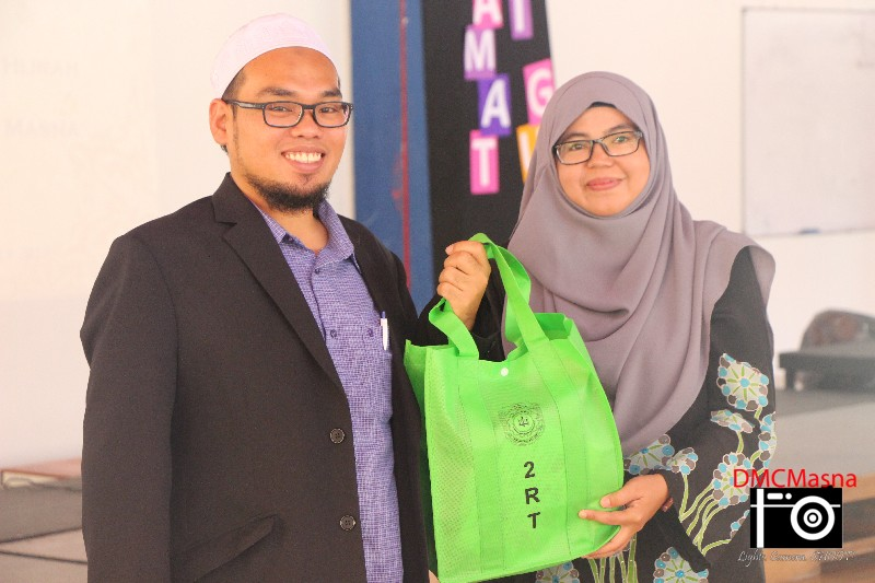 All smiles for our guest speaker as he received our souvenir from the school principal, Cikgu Hajah Norwen.