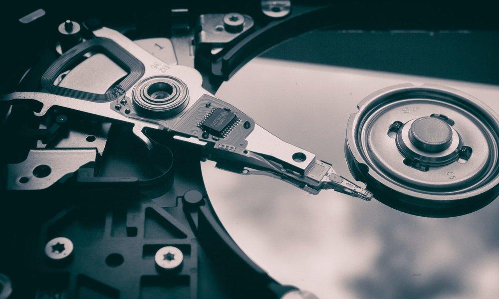 Nahaufnahme einer geöffneten Festplatte