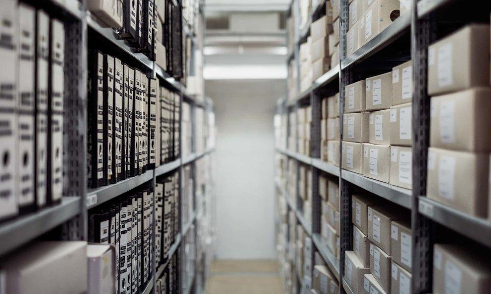 Hohe Regale mit vielen Dokumenten im Archiv des CERN